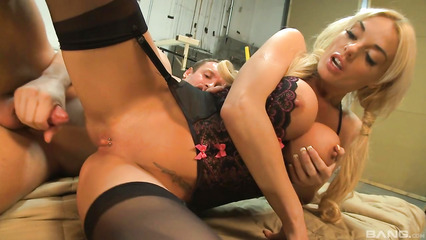 Изумительная блондинка в чулках радует любимого на работе
