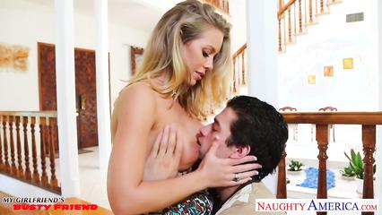 Секс с блондинистой сексуальной девушкой Николь Энистон