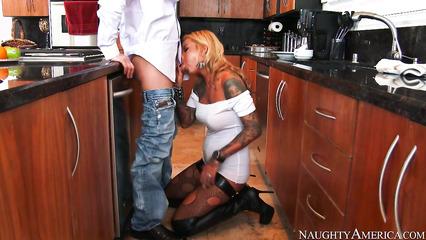 Откровенная ебля с татуированной сучкой на кухне