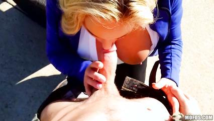 На свежем воздухе парнишка занялся сексом с блондинкой
