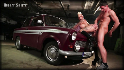 Возле ретро автомобиля трахнул татуированную блядь